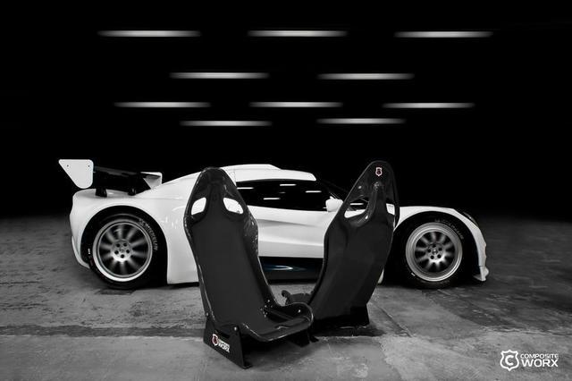 кресла производителя composite-worx на фоне lotus-extrema
